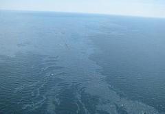 在深海地平線沉沒以後,碎片與油汙漂浮在墨西哥灣,2010年4月22日。(美國海岸防衛隊提供)