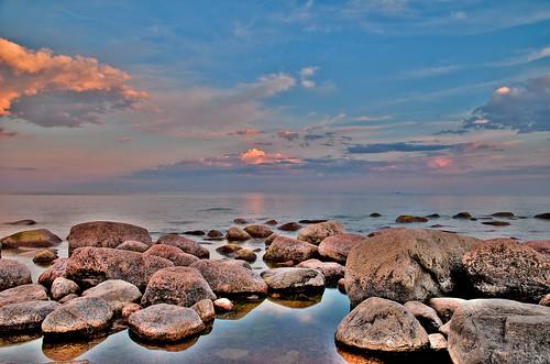 sea beach clouds sunrise reflections stones meri gulfoffinland heinäkuu aamu auringonnousu suomenlahti nikond300 varlaxudden heinäkuu2009 eerohapponen afsnikkor1685mm135