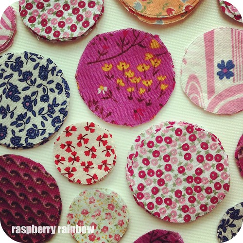 Today it's all about circles. Lovely round pieces of fabric, soon to be made into hair bobbles/hair ties.