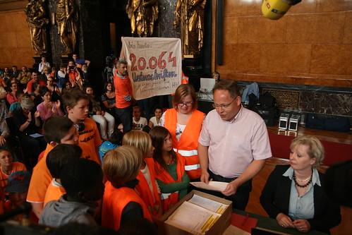 Mehr als 20.064 Unterschriften gegen die Kürzungen werden dem Vorsitzenden des Familienauschusses Gunnar Eisold (SPD) überreicht 29.05.12