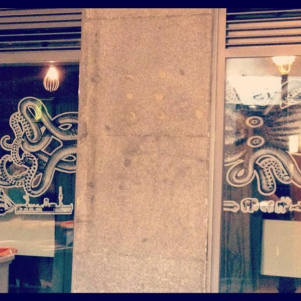 Acción de Kraken en los escaparates de Madrid. Muy bien.