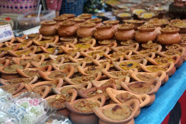 Thai desserts in small pots