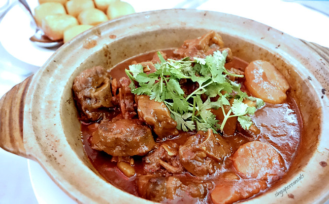 05 Braised Oxtail with Red Wine, served in Claypot