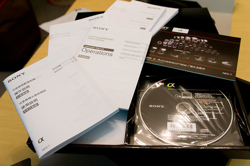 頂層是說明書、CD-ROM 和廣告...