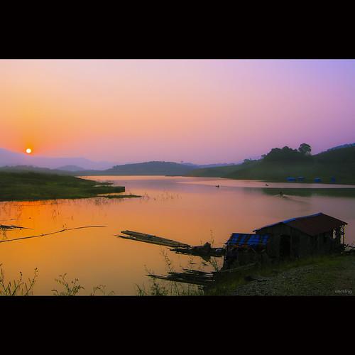 orange sun sunlight house mountain lake water beautiful beauty sunshine silhouette sunrise landscape boats dawn vietnam layers bảolộc bìnhminh vietnameselandscape hồđami lakedami