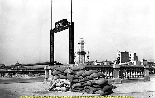 Barcelona, «fets de maig de 1937» una barricada en la estación del metropolitano de Marina. by Octavi Centelles