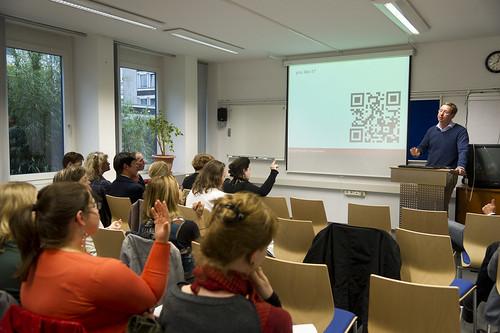 Rainer Sentis zeigt einen QR-Code, der auf Postern in Kirchen eingesetzt wird