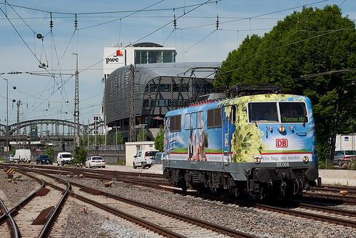 Die 111 066 fährt in den Starnberger Flügelbahnhof