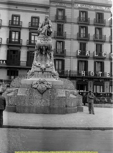 Barcelona, monumento a Pitarra, al fondo el Hotel Falcón. by Octavi Centelles
