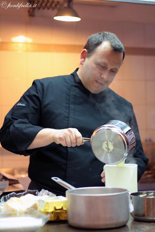 Lo chef Maurizio Santin in cucina