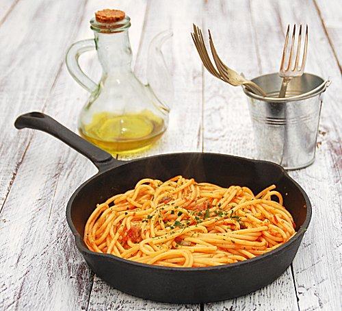 spaghetti al sugo di acciughe, olive e capperi