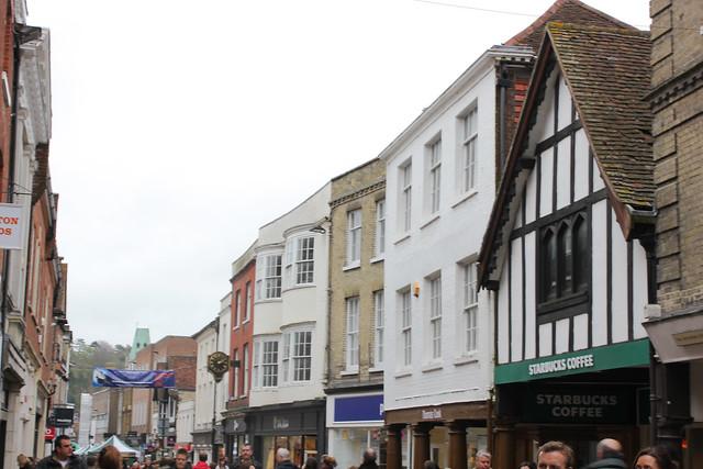 La vida en la High St de Winchester, Inglaterra.