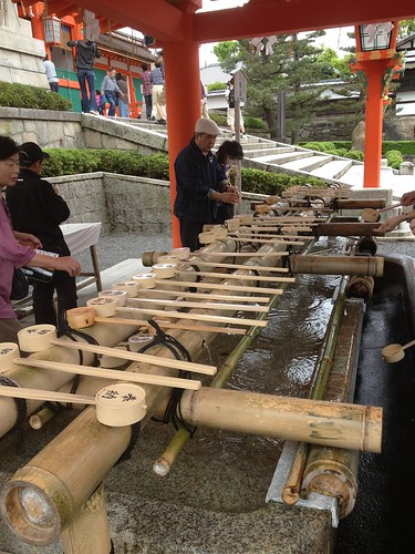 Agua purificadora en Fushimi-Inari