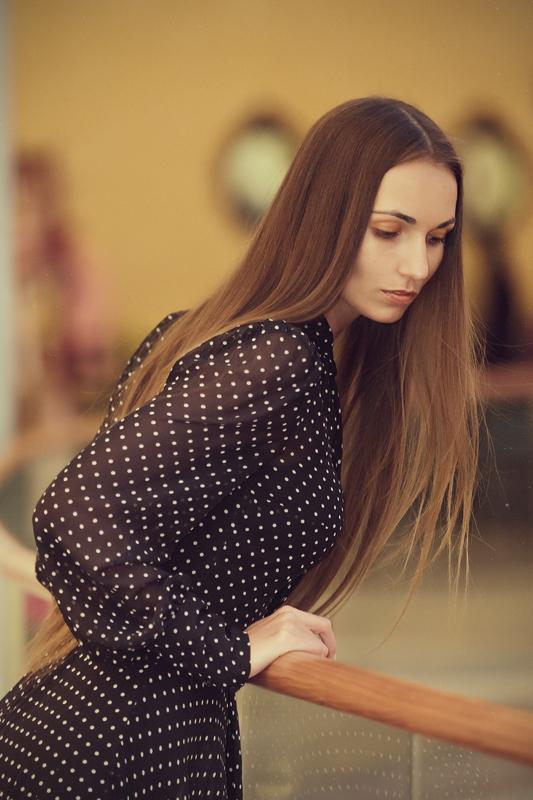 Фотосессия девушки в интерьере