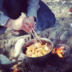 たき火でキムチ鍋