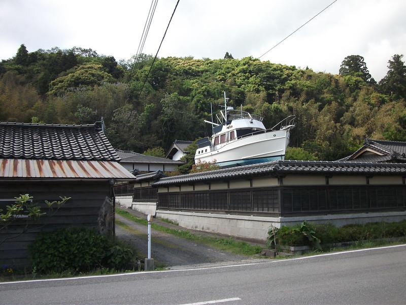 佐渡島の陸地にある船
