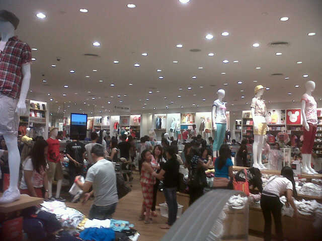 Uniqlo's first day, Mall of Asia