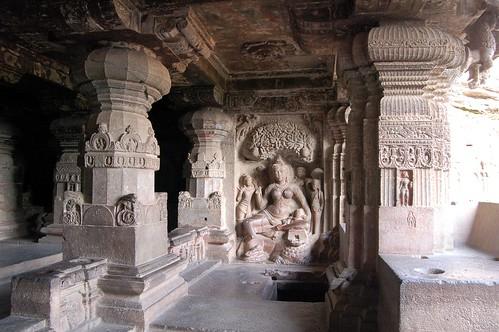 In einem Seitenschrein ist die Schutzgöttin Ambika dargestellt.