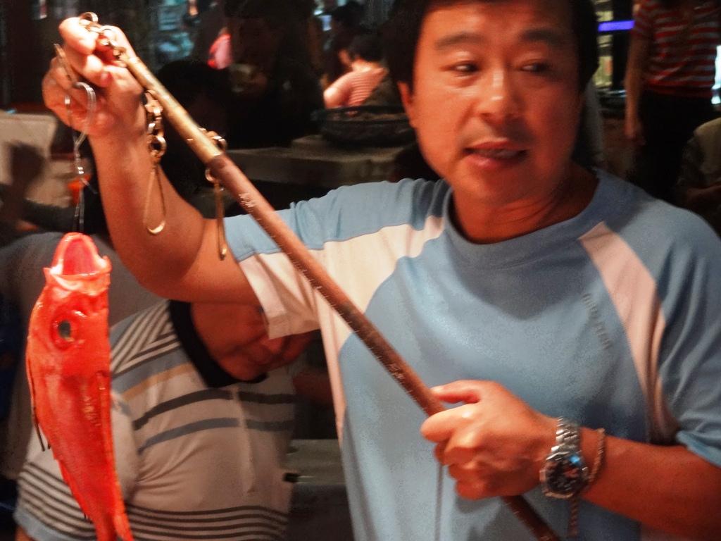 紅目鰱離水之後的處理十分重要,有漁販透露偏方:如果顏色不佳,為了賣相好,可以讓死魚喝提神飲料。(編按:本圖僅為示意,非提供偏方的魚販本人。)