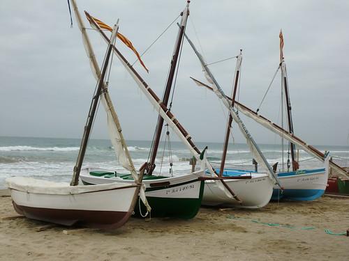 El varader a la sorra. El Museu Flotant amb els bots del Patí català Calafell