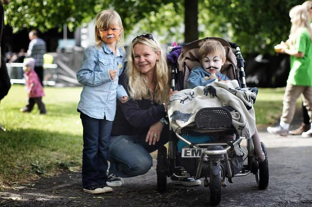 Maja (6) sammen med mamma og Emil (3) besøker Miniøya for første gang.