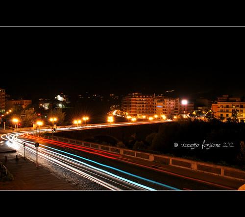 Foto notturna del Ponte Vanvitelli di Benevento