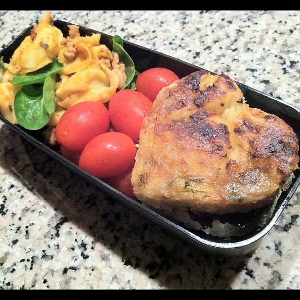 #kvpnewsroom : My reward after #Oakland #fire coverage. #Bento with focaccia, cheese tortellini and tomatoes #fb