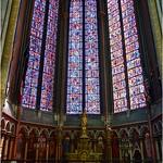 Toujours dans le déambulatoire, voici la chapelle du Sacré-Cœur. Elle contient un superbe autel en bronze, œuvre de l`orfèvre parisien Placide Poussielgue-Rusand. Les vitraux ont été réalisés en 1932-1933 par Jean Gaudin.