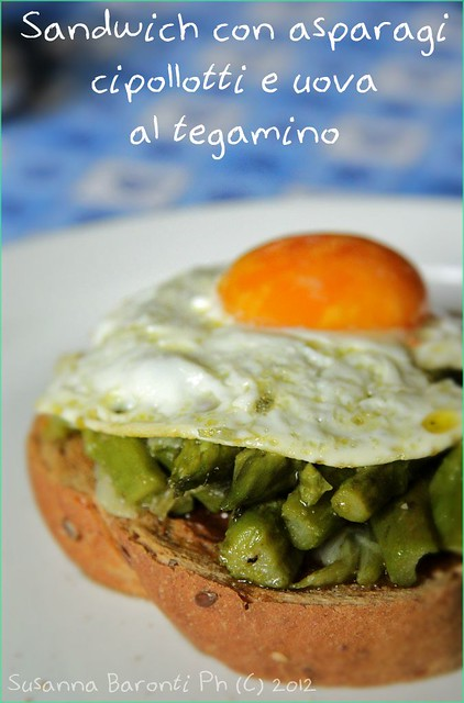 sandwich asparagi cipollotti e uova al tegamino