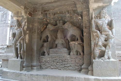 Lakshmi mit vier Elefanten in einem Schrein an der Galerie des Tempels