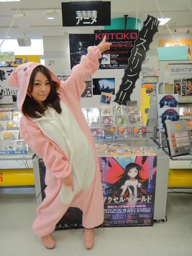 120516(2) - 女歌手「KOTOKO」穿著『粉紅豬』服裝,大力宣傳新單曲《→unfinished→》!