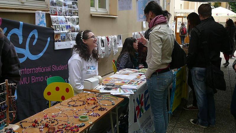 Informační stolek International Student´s Clubu. Foto: Adéla Procházková