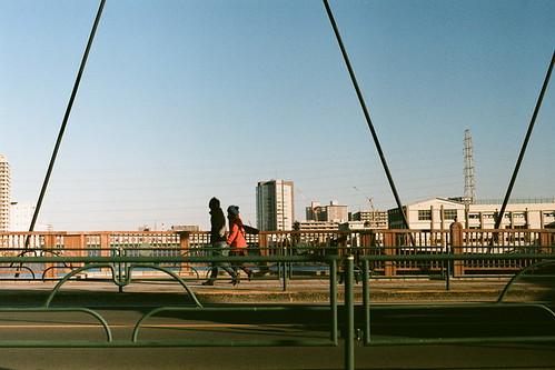 橋渡る人たち(冬)