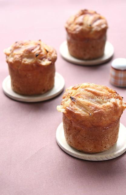 Muffin con cipolle novelle in agrodolce e provolone piccante