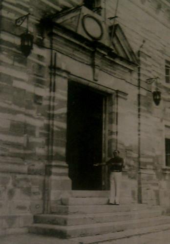 Manuel Salas Gascón, Alcalde de Porcuna a las puertas del Ayuntamiento.
