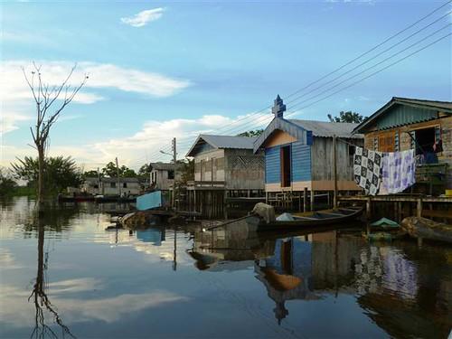 部落居民水上生活一景。