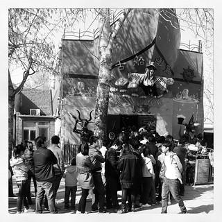 清明节排队等候进入鬼屋的人群