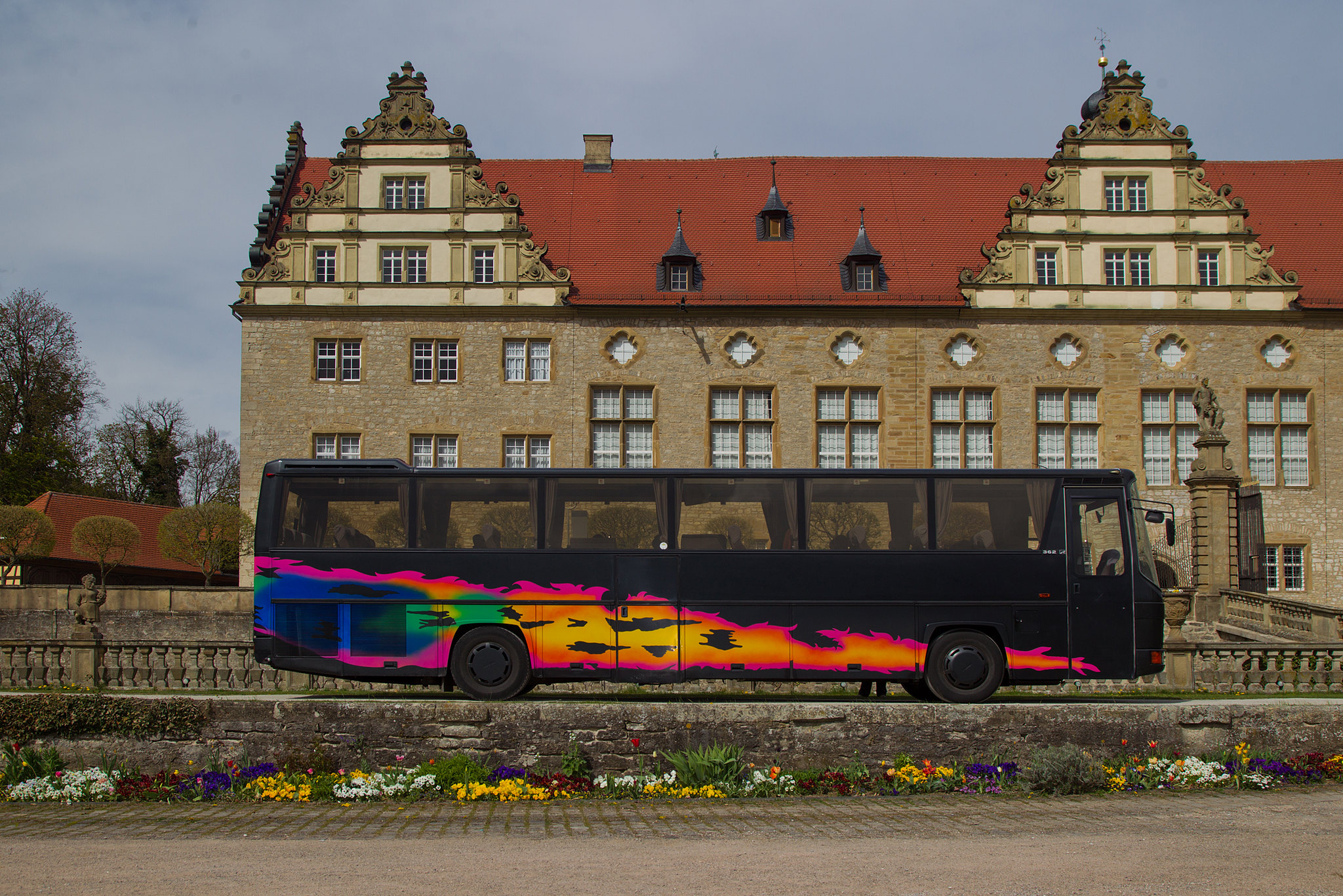 Oldtimer Bus vor Schloss Weikersheim