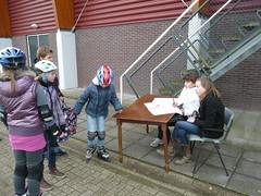 DNIJ Jeugd vrijwilligers aan de inschrijftafel voor hun Maatschappelijke stage