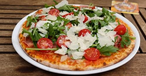 PIZZA: Rucola, Tomaten & Parmesan