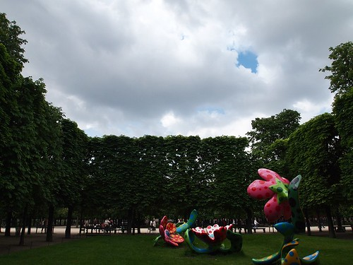 giant colourful flowers at Le Jardin des Tuileries