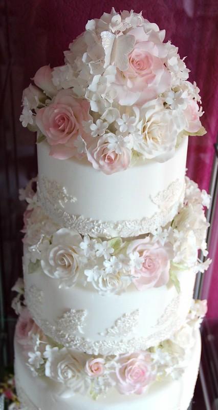 Romantische Hochzeitstorte mit Rosen