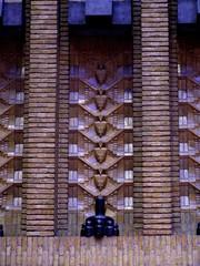 <p>Detail van het tegelwerk tussen de dakbogen.  Foto: Geerten van Gelder.</p>