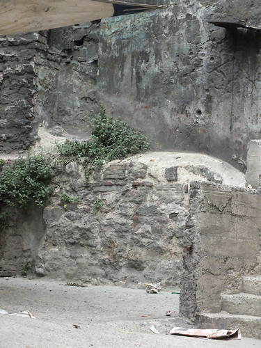 A gyanús fal közelebbről