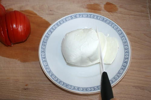 16 - Mozzarella in Scheiben schneiden / Cut mozzarella into slices