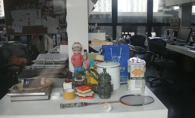 05 1933里的一间工作室,桌子上有很多好玩的小东西