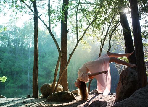 [フリー画像素材] 人物, 女性, フォトレタッチ, 人物 - 飛ぶ・浮遊, 人物 - 森林 ID:201204030800