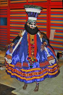 Acteur de Kathakali avant la représentation (Paris)