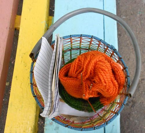 вязание на лавочке