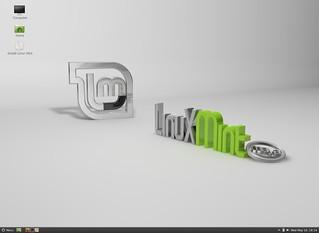 Linux Mint 13 with Cinnamon desktop
